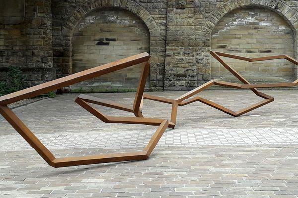 Les sculptures de Robert Schad sont dispersées dans Metz, sur un chemin de 3,4 kilomètres. Vingt-deux œuvres sont visibles.