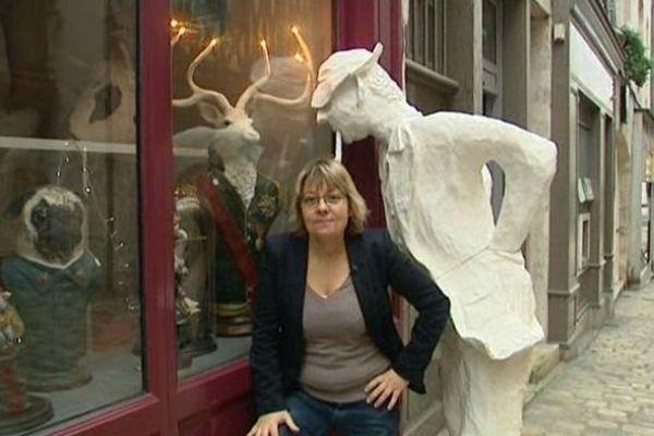 Bérénice du Faÿ devant chez Pierre Queuille rue de Bourgogne à Orléans