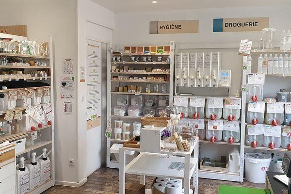 """Comme ici, à la boutique """"Day by Day, de Reims, les produits d'hygiène et d'entretien ont de plus en plus de succès."""