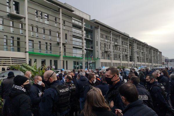 Les policiers se sont regroupés devant l'hôtel de police après avoir défilé en voiture dans le centre-ville
