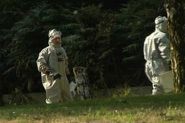 Des pompiers vêtus de combinaisons spéciales pour travailler en zone potentiellement toxique.