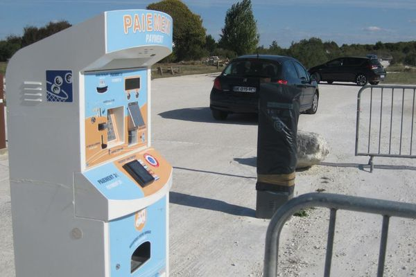 Le parking d'accès à Talmont-sur-Gironde est payant pendant la saison touristique.