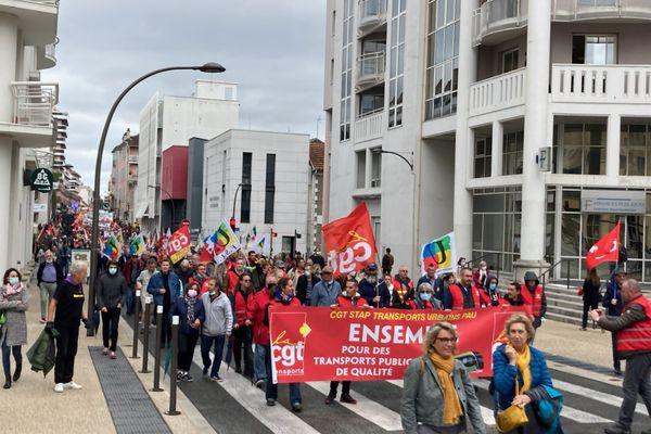 Les manifestants ont descendu la place d'Espagne avant de se rendre devant la mairie de Pau.