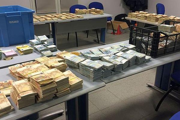 Perpignan - 1,9 million d'euros saisis dans une voiture au Perthus par les douanes - octobre 2015.