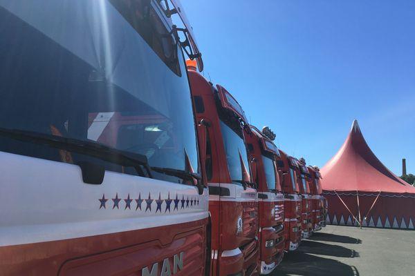 Dix-sept camions et encore plus de remorques, toute la caravane du cirque va être transbordée pour quitter le Petit Maroc
