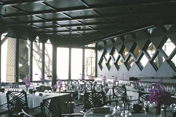 SLAVIK a également été retenu pour décorer l'Altitude 95 dans les années 90. Le thème retenu, qui a été celui du dirigeable, reprend là encore des matériaux représentatifs de la Tour: les tables sont en effet en fonte avec une âme de bois et des rivets, repris sur les fauteuils.