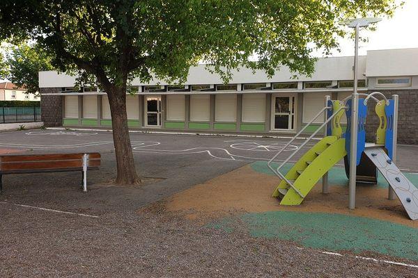 Des protocoles sanitaires sont mis en place pour permettre le retour des élèves à l'école.