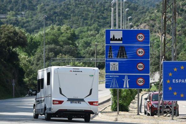 Un camping-car arrive en Espagne après avoir franchi la frontière franco-espagnole à La Jonquera le 21 juin 2020.