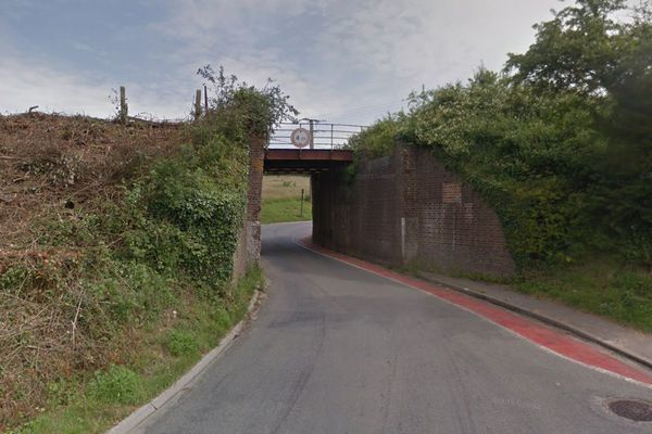 La mère a perdu le contrôle de la voiture et s'est encastrée dans le mur de ce pont, route de Neufchâtel, à Samer.
