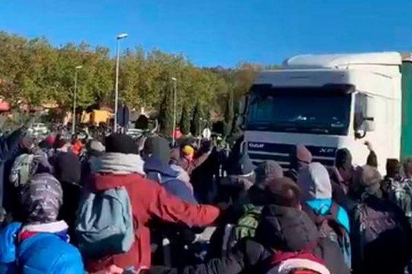 Alors que l'autoroute A9 rouvrait à la frontière espagnole, les manifestants en soutien aux indépendantistes catalans se sont repliés sur La Jonquera. La tension est vive. Un camion a foncé dans la foule sans faire de blessé. Le chauffeur a été interpellé.
