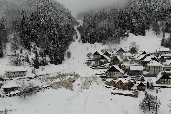 La coulée de neige a coupé en deux parties le petit hameau du Rivier d'Allemont en Isère.