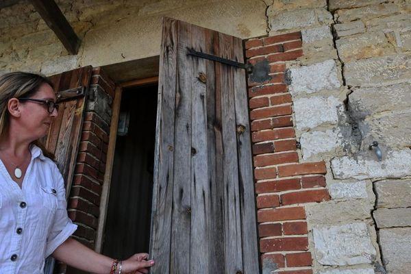 Les sécheresses qui se multiplient entraînent l'apparition de fissures dans les bâtiments, comme ici à Savigny-en-Revermont, en Saône-et-Loire.