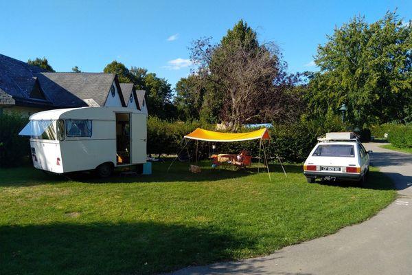 """Près de 70 caravanes rétro attendent les curieux au camping """"Le Bois des Pêcheurs"""" de Poix-de-Picardie."""