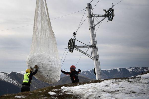 De la neige livrée par hélicoptère dans la station de Luchon-Superbagneres, les 14 et 15 février 2020.