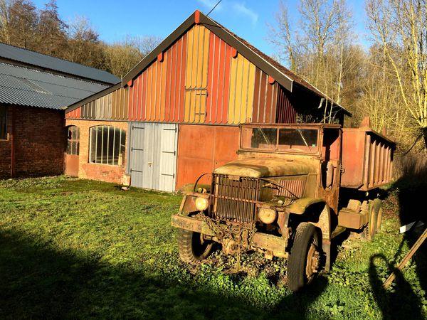 Sous les premiers rayons de soleil de janvier, la terre des Ardennes renvoie de jolies couleurs dans le hameau d'Ecordal