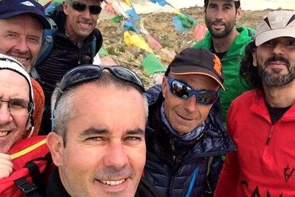 Cyrille Pénisson (au centre) et ses coéquipiers à l'attaque du mont Cho Oyu au Tibet