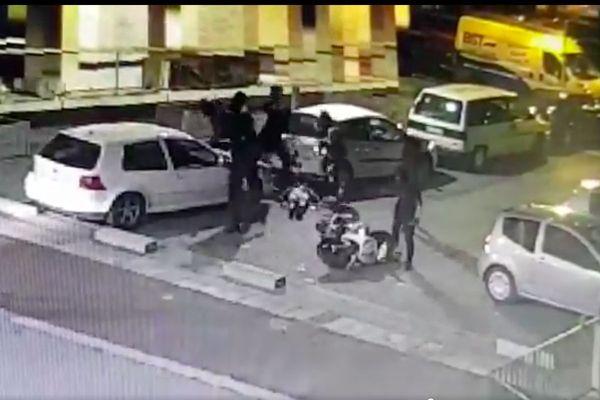 La vidéo, datée du 10 avril, dévoile l'agression d'un scootériste par une bande rivale impliquée dans le trafic de stupéfiants.