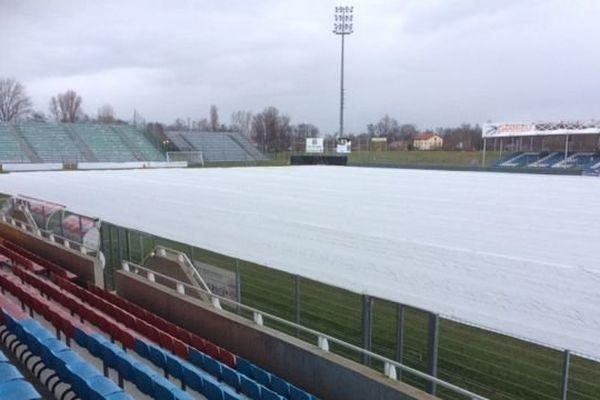 Les services techniques ont installé le 4 janvier une bâche sur la pelouse du stade Montpied à Clermont-Ferrand pour préserver le terrain du froid.