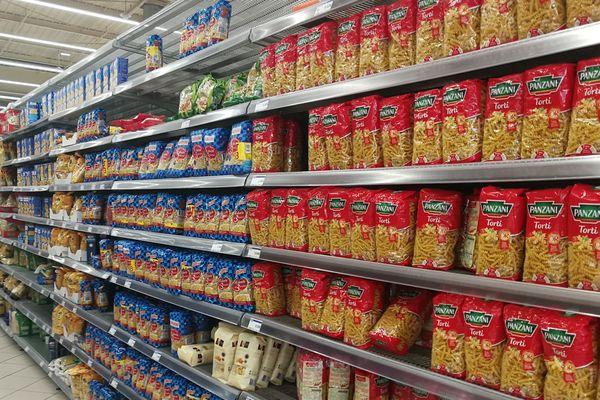 Rayons au grand complet dans un hypermarché proche de Rennes