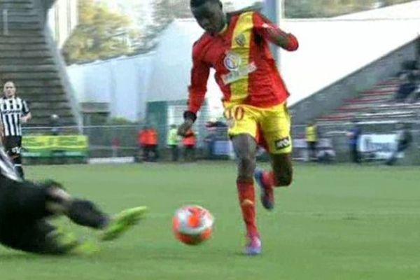 Juste avant la faute d'Angoula sur Salli qui va provoquer le penalty décisif pour Lens.