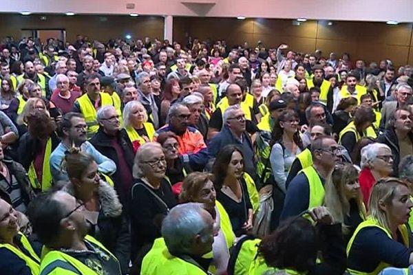 Dans une salle de Saint-Laurent-de-la-Salanque, des centaines de gilets jaunes se sont réunis pour désigner un porte-parole départemental. Mais cette élection s'annonce difficile...