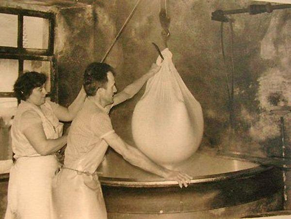 """Colette et Gabriel PROST : """"Le retirage du fromage à la fromagerie en mai 1977"""""""