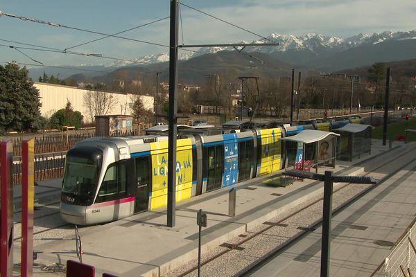 Une rame du tram A à la station L'Etoile.