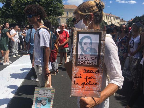 """Sur certaines banderoles, on peut lire """"justice pour Mohamed, tué par la police"""" - 20.06.20"""