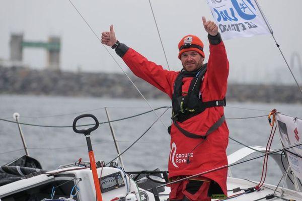 Anthony Marchand en vainqueur à Roscoff (Finistère) pour la troisième étape de la Solitaire Urgo Le Figaro