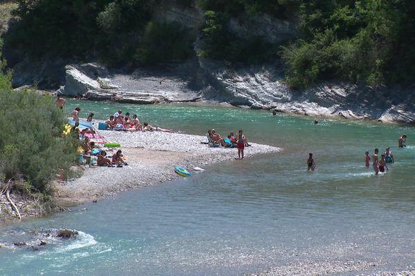 Du monde, à Saillans (Drôme) pour profiter d'un temps estival, avant le retour probables des intempéries dans quelques jours