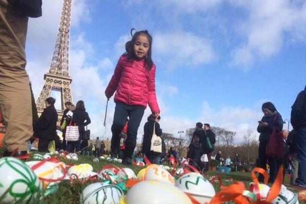 la traditionnelle chasse aux oeufs du Secours populaire, au Champ-de-Mars, à Paris.