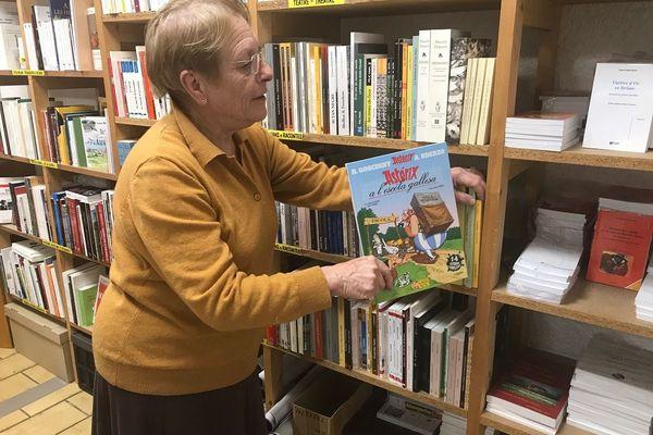 C'est un lieu unique dans le Cantal mais aussi en Auvergne : une librairie avec des ouvrages dédiés à la langue occitane. En France, il n'en existe que quatre. Près de 3 000 références remplissent les étagères de cette librairie. Catherine Liethoudt est tombée dedans, comme Obélix dans la potion magique.