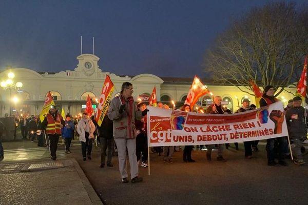 Départ de la marche aux flambeaux contre la réforme des retraites devant la gare de Carcassonne, 30 décembre 2019
