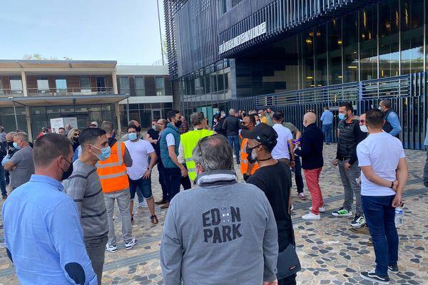 Plus d'une centaine de chauffeurs de taxis se sont rassemblés devant la mairie de Montpellier pour dénoncer l'interdiction d'utiliser les voies mixtes - 2 avril 2021