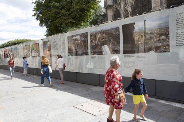 Vues générales de l'exposition, rue du Cloître Notre-Dame.