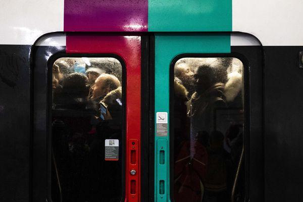 Des voyageurs entassés dans un RER, lors de la grève du 13 décembre.