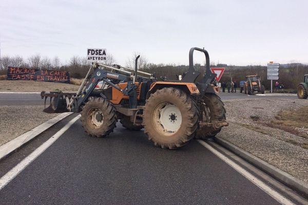 A Rignac, des agriculteurs se relaient pour les barrages filtrants au rond point du Racanel
