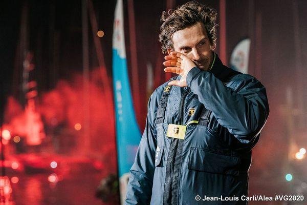 Charlie Dalin à son arrivée sur les pontons aux Sables-d'Olonne, le 27 janvier 2020