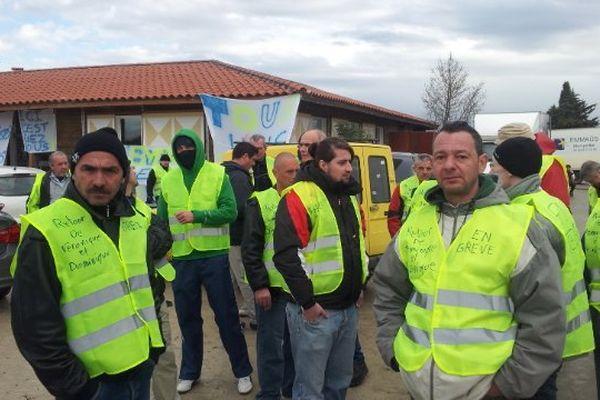 Les compagnons d'Emmaüs bloque l'accès au site de St Aunès le 7 février 2014