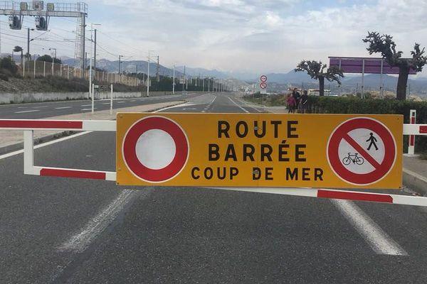 La route du bord de mer barrée entre Antibes et Villeneuve-Loubet.
