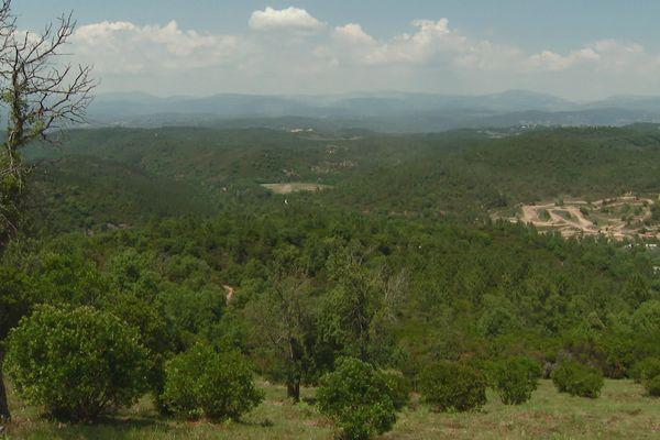 Voici le site qui serait transformé, il s'agit d'une ancienne mine : Fontsante. En contrebas, le site de motocross des Adrets.