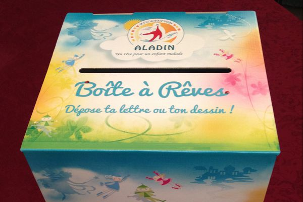 C'est dans ces boîtes à rêves que les enfants hospitalisés déposent leur lettre d'espérance...
