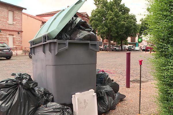 A Muret, les poubelles s'entassent sur le trottoir.