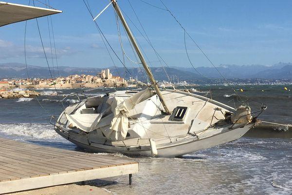 """""""Le Baladin"""" s'est échoué ce mardi matin plage de la Salis à Antibes."""