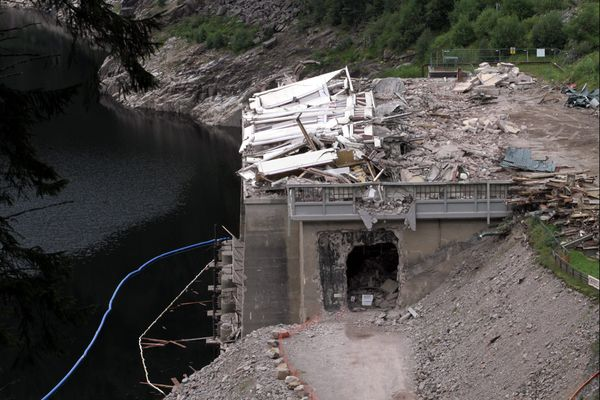 La centrale est détruite à l'explosif en août 2014