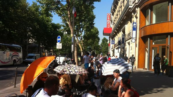En fin de matinée, une centaine de Fan de Madonna campaient dans la rue de l'Olympia.