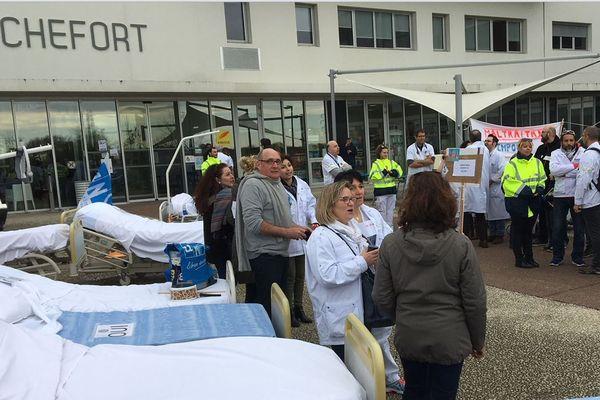 Le personnel gréviste devant le Centre Hospitalier de Rochefort en Charente-Maritime.