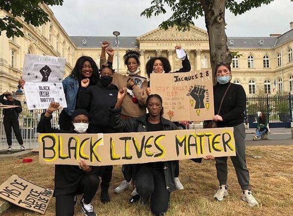 """Les filles du collectif amiénois """"Jeunes et racisés"""" ont organisé un rassemblement devant le palais de justice."""