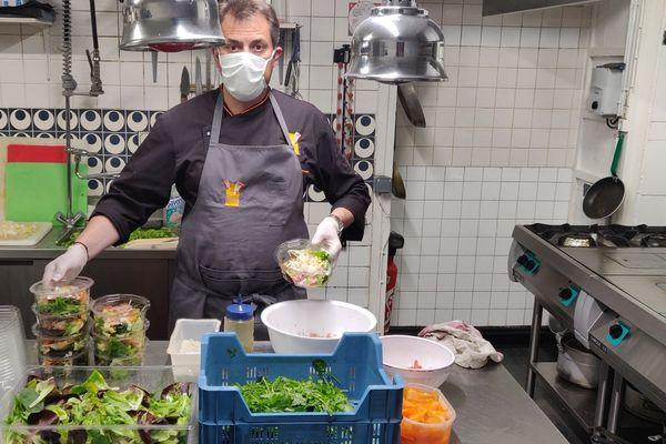 Confinement oblige, Jean-François Fafournoux a fermé son restaurant d'Augerolles dans le Puy-de-Dôme mais le président des Toques d'Auvergne reste actif en cuisine où il prépare des plats à emporter.