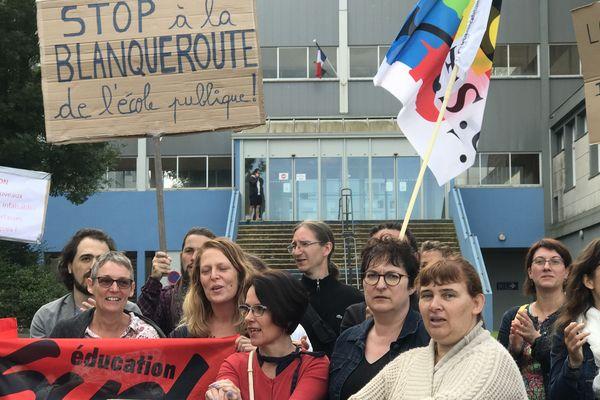 Les professeurs des Deux-Sèvres en manifestation devant le lycée de Melle pour le deuxième jour du Bac 2019.
